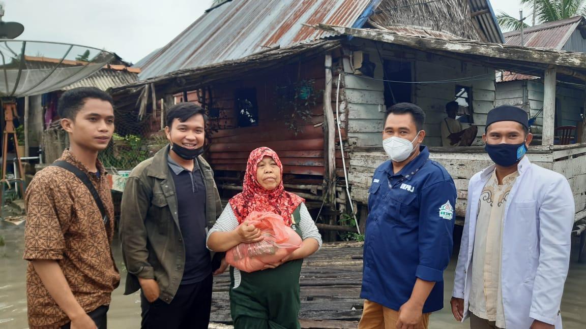 Formasi KIP-K IAIN SAS Babel Bagikan Sembako Kepada Korban Banjir