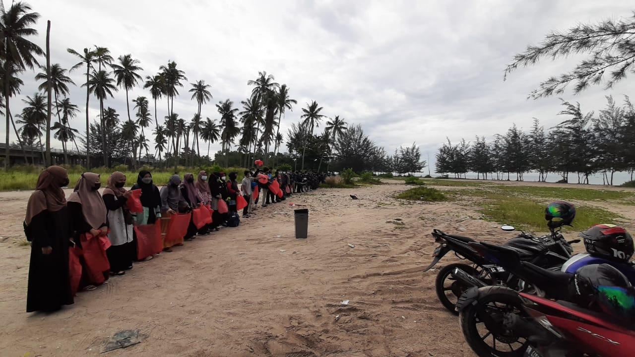 Peduli Lingkungan, Mahasiswa Prodi Pendidikan Agama Islam (PAI) Lakukan Aksi Bersih Pantai