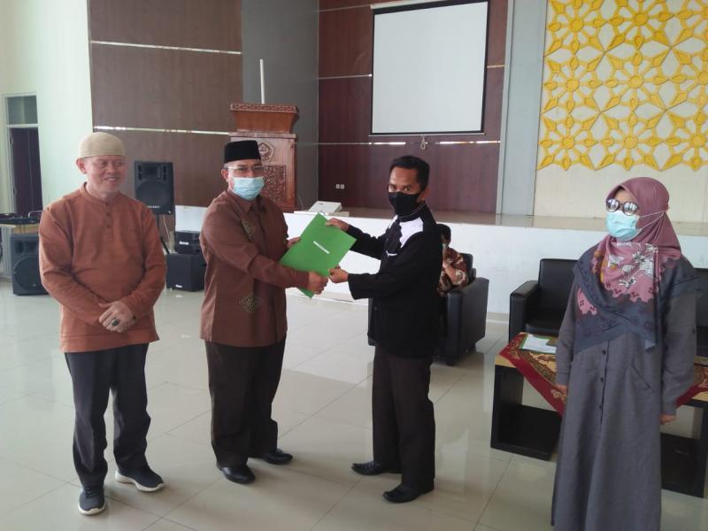 Pemberian SK Rektor tentang Penetapan Gaji DTBPNS kepada Iskandi, M.Pd.I