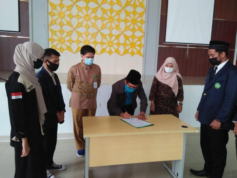 Dekan Fakultas Syariah dan Ekonomi Islam menandatangani Berita Acara Pelantikan