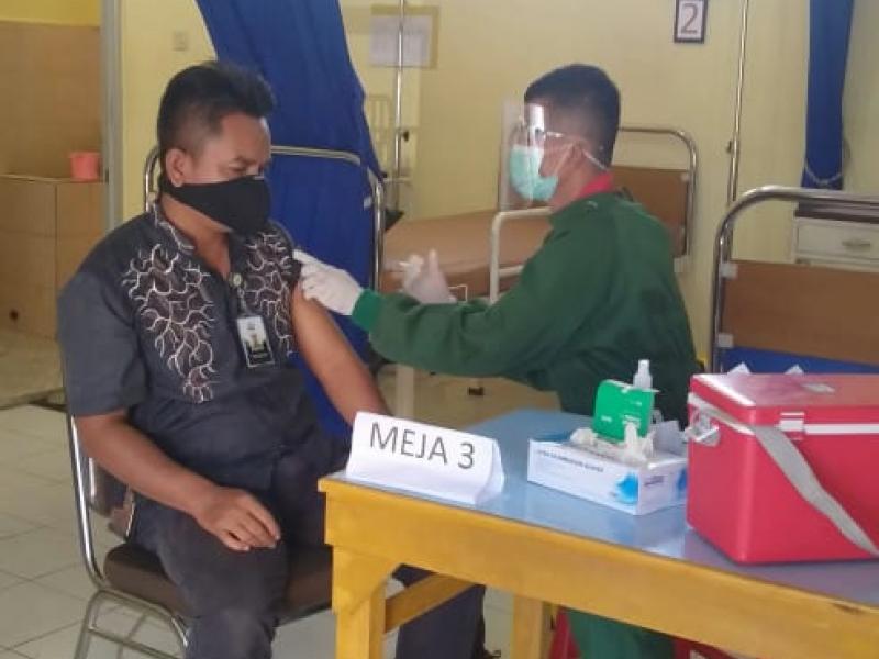 Kegiatan pemberian suntikan vaksin  covid 19
