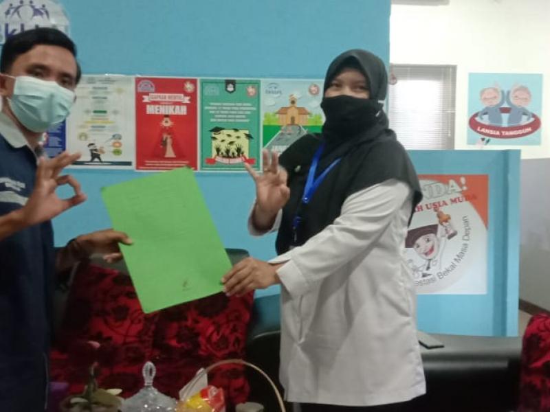 Penyerahan SK dari Ketua Umum PIK-R Mutiara, Muhammad Fadillah Prayogie kepada Kasubbidang Kesehatan Reproduksi, Dr. Nofianti.