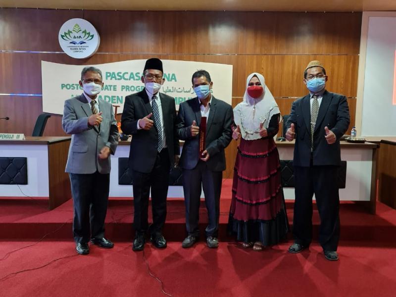 Foto Dr. Rada, M.Pd.I bersama dengan Tim Penguji Promosi Doktor (S3)