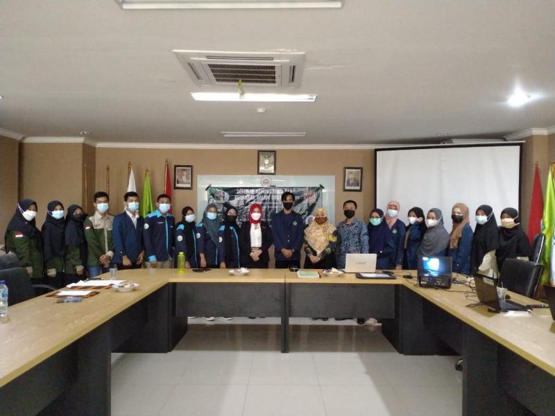 Foto Bersama Narasumber dan Peserta Seminar Administrasi dan Keuangan Dalam Organisasi