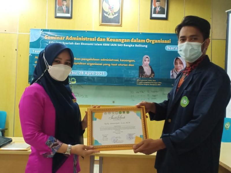 Penyerahan Sertifikat Kepada Nelly Sanawiyah, S.Sos., M.M. selaku Narasumber