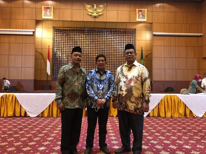Foto Rektor IAIN SAS Babel bersama Kepala Biro AUAK baru dan Kepala Biro AUAK lama