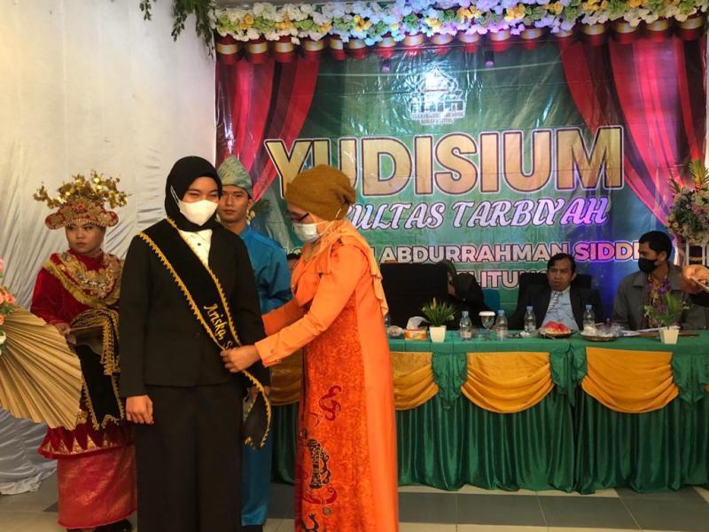 Penyematan Selempang Tanda Kelulusan oleh Dekan Fakultas Tarbiyah