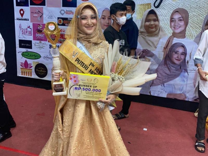 Putri Regina Noprayoga saat menerima Hadiah dan Trofi Runner UP I Model Muslimah Bangka Belitung